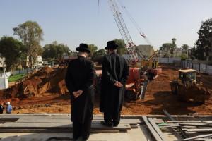 Ultra Orthodox Jewish men watch construction work in Bnei Brak, on December 10, 2014. Photo by Yaakov Naumi/Flash90. *** Local Caption *** òáåãåú áðééä á áðé áø÷ çøãéí