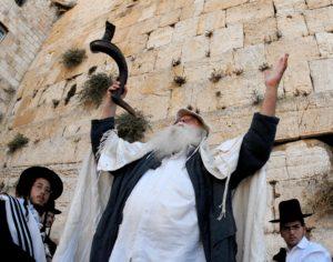"""""""SLICHOT"""" PRAYER SERVICE DURING THE DAYS OF REPENTANCE PRECEDING YOM KIPPUR, AT THE WESTERN WALL IN JERUSALEM'S OLD CITY äòéø éøåùìéí. áöéìåí, úôéìú """"ñìéçåú"""" ì÷øàú éåí äëéôåøéí, áëåúì äîòøáé áòéø äòúé÷ä."""